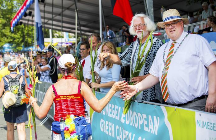 Burgemeester Bruls bij de intocht op de Via Gladiola van vorig jaar. Achter hem staan de wethouders Bert Velthuis, Renske Helmer-Englebert en Noël  Vergunst.