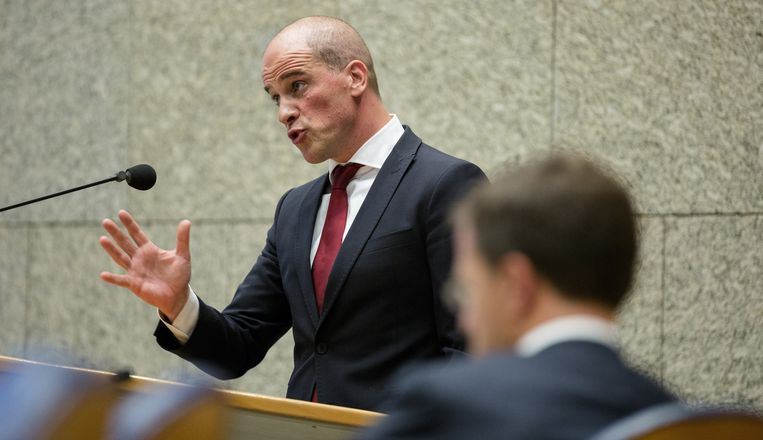 Premier Mark Rutte luistert naar de bijdrage van Diederik Samsom (PvdA) tijdens het debat over de opvattingen van de minister-president over de ik-mentaliteit in Nederland. Beeld anp