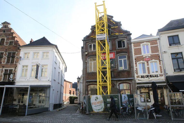De Jachthoorn wordt ondersteund door een gele torenconstructie.