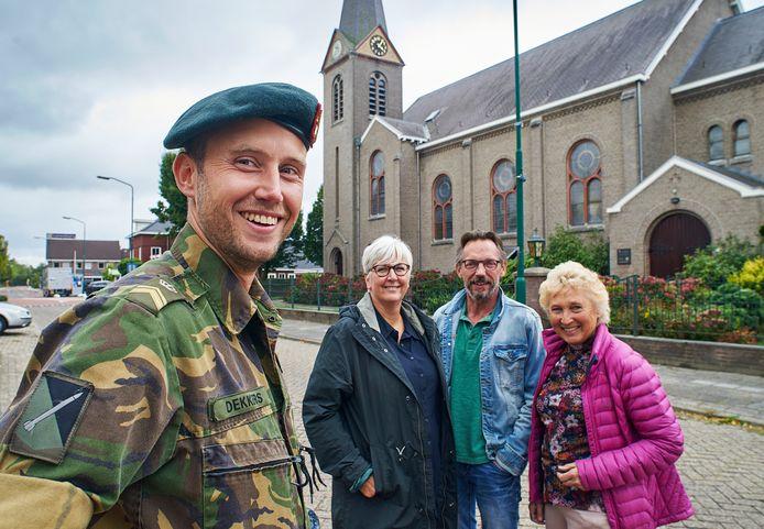 Rick Dekkers, met acher hem de organisatie van Loosbroek Draait Door, bestaande uit (vlnr) Eli van Beekveld, Jan Gabriëls en Ria van der Wijst.