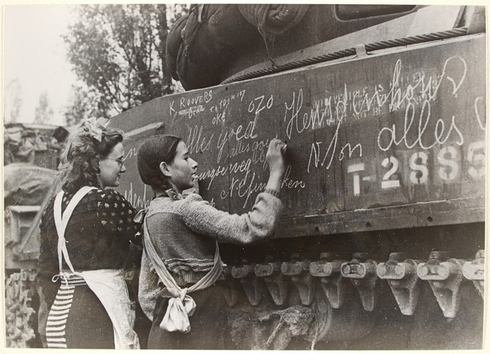Ria Vermeulen en Ine van Wijck schreven in de Tweede Wereldoorlog een boodschap op een Poolse tank.