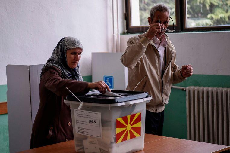 Een vrouw brengt haar stem uit tijdens het referendum over de naamswijziging van Macedonië op 30 september. 90 procent van de stemmers was voor de wijziging, maar twee derde van de kiezers bleef thuis. Gisteravond stemde het parlement voor de naamswijziging. Beeld AFP