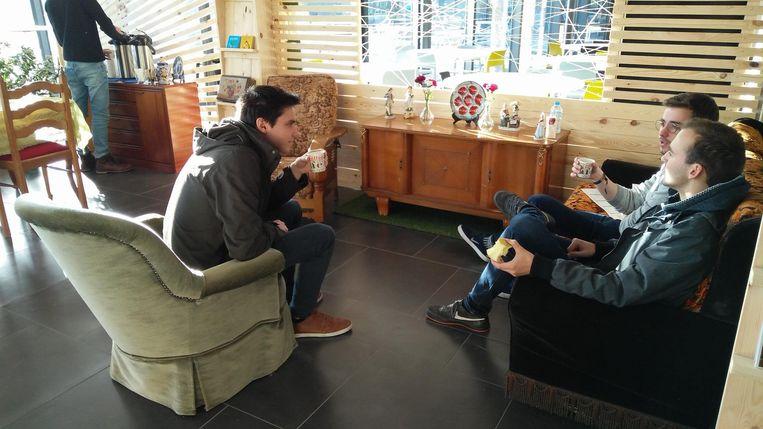 In de Blokhut kunnen studenten even achterover leunen in een 'bommazetel' en gezellig bijpraten met een kop koffie of een stuk fruit.