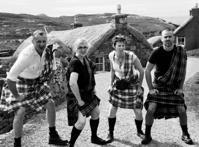 Gunther De Belie (rechts) en Ludwig De Meyer samen met hun vrienden Patricia Peelman en Christine Van Daele in typische Schotse klederdracht.