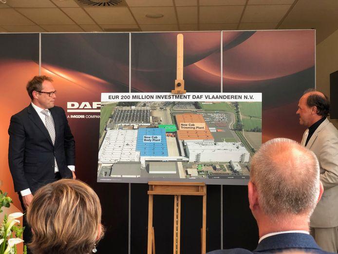 Topman Harry Wolters (l) en Vlaams minister Philippe Muyters onthullen het bouwplan.