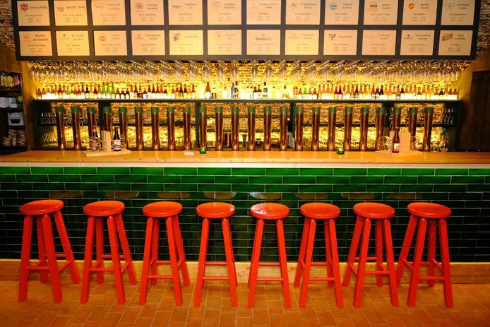 Rode barkrukken, groene toog. En daarachter: een kast met 101 biertjes.