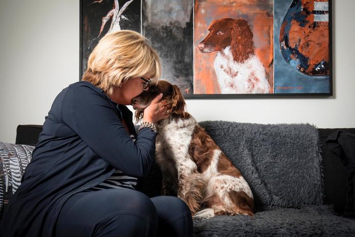 Willeke Meijer-Boon uit Almelo knuffelt met haar hond Silke. Foto: Rikkert Harink