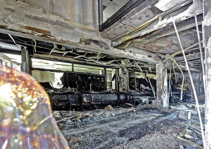 Ontvangstruimte en de hal van gemeentehuis Lingewaard na de aanslag.