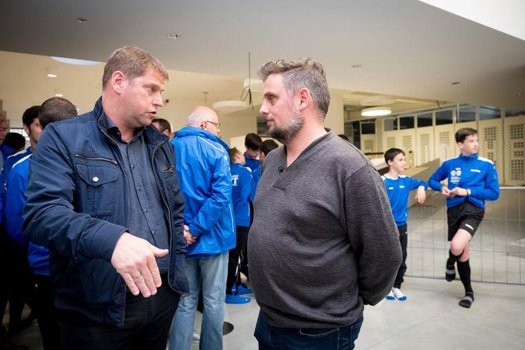 Een tevreden KFC-voorzitter Walter Verstraeten in gesprek met buurtbewoner Raf Vaes, een tegenstander van het project zoals het nu is goedgekeurd.