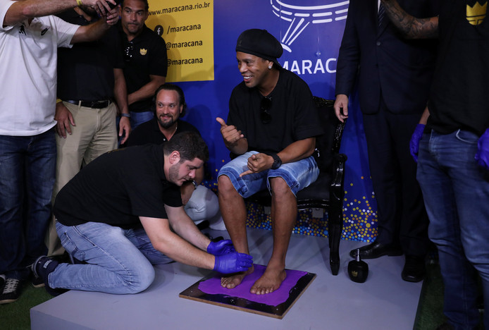 Ronaldinho laat een afdruk van zijn voeten maken.
