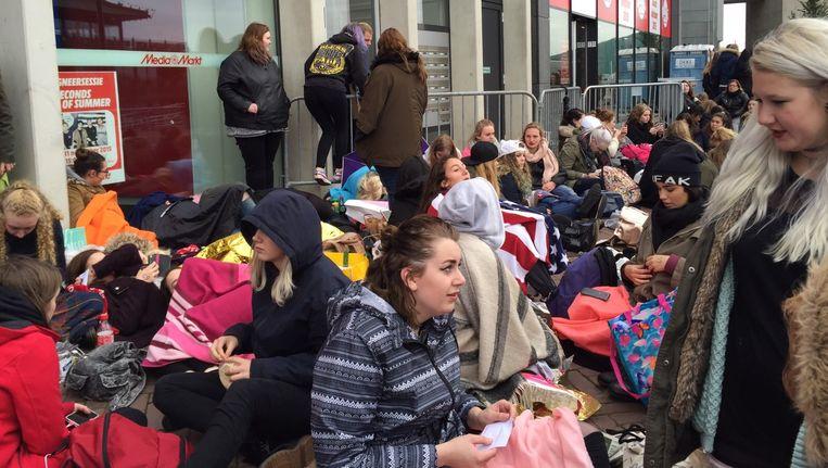 Tweehonderd fans wachten in de rij voor de MediaMarkt tot de signeersessie om 15.00 uur begint Beeld Romee Boots