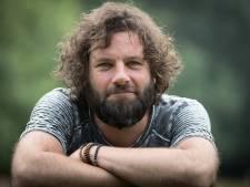 Frontman Bökkers uit Heino gaat viraal met cynisch-vrolijk protestlied: 'Met zien allen noar de kloten'