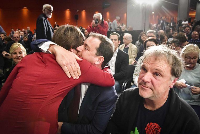 Lilianne Ploumen omhelst Lodewijk Asscher op de politieke ledenraad afgelopen zaterdag. Beeld anp