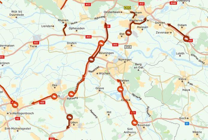 Door een ongeval staat er dinsdagochtend een flinke file tussen Oss en Arnhem.