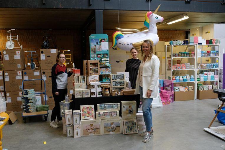 Shana, Ine en Sophie van de Gele Flamingo in het magazijn.
