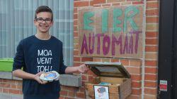 Nog een 'automaat' erbij: Milan (14) verkoopt dagverse eitjes van zijn kippen in zelfgemaakte eierautomaat