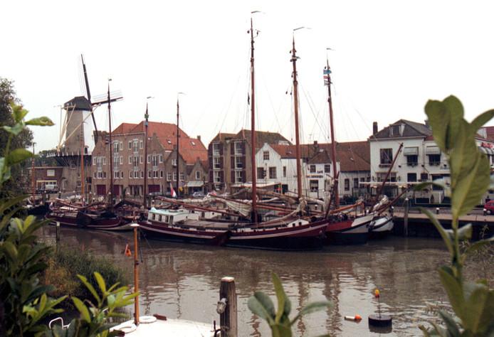 Platbodems in de haven van Willemstad.