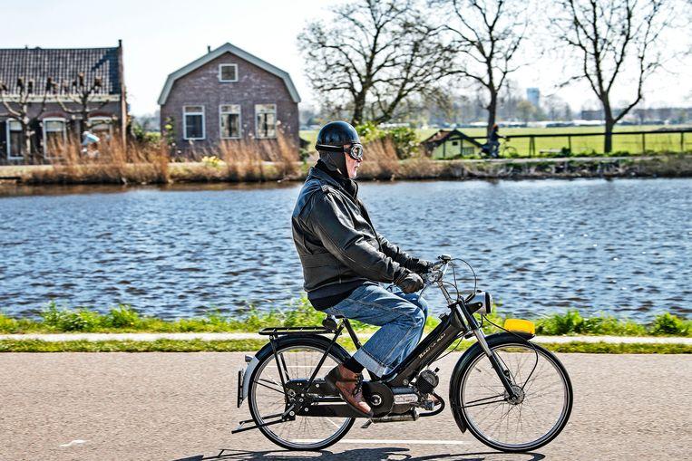 Op een prachtige lentedag vermaakt Amsterdam zich langs de Amstel, ook al omdat veel plekken in de stad beperkt toegankelijk zijn.  Beeld Guus Dubbelman / de Volkskrant
