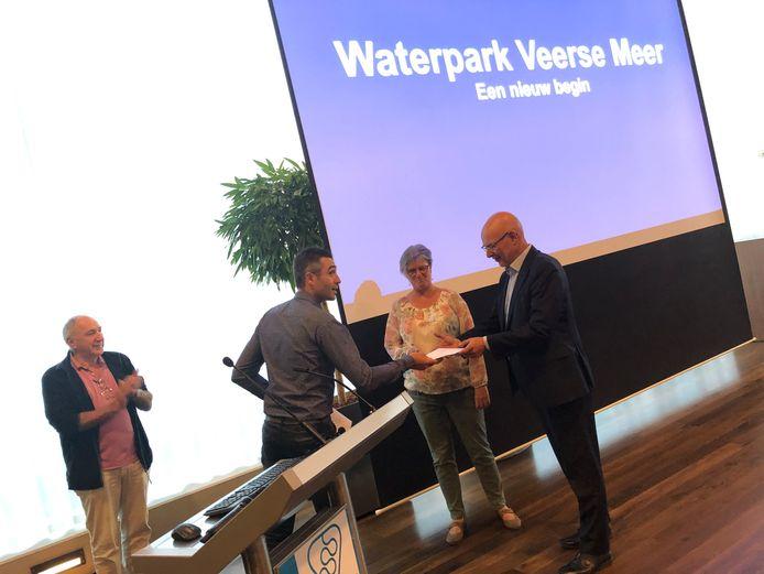 Karel Dingemanse uit Arnemuiden overhandigt 13.149 handtekeningen van een petitie over Waterpark Veerse Meer aan de wethouders Chris Simons en Carla Doorn van de gemeente Middelburg.