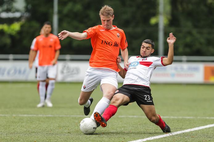 Jodan Boys-verdediger Dirk Pieter Rietveld (l) probeert aan de bal te blijven ondanks een tackle van Faoud Dahmani tijdens de bekerwedstrijd tegen Hoogland.