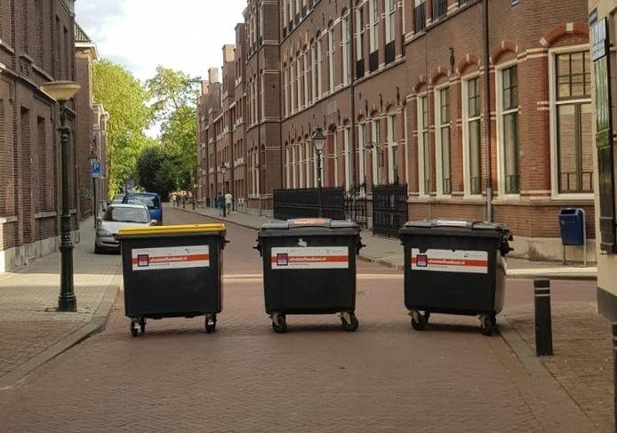Afvalcontainers blokkeren de Clarastraat.