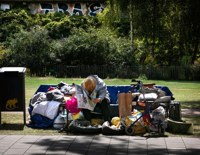 Op Een Bankje.Moedeloos Wachten Tot Het Echt Fout Gaat Met 60 Jarige Dakloze