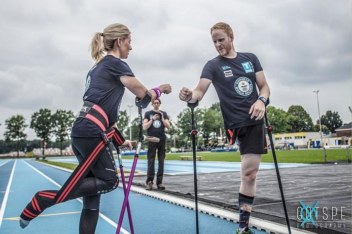 Michaelrobbert Brans uit Zeewolde (links) en de Ierse Nikki Bradley op de atletiekbaan van Attila.