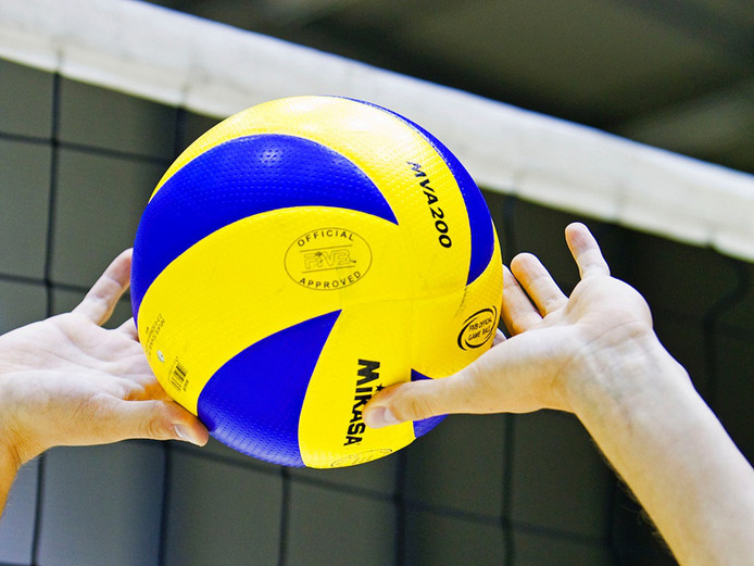 Volleybal is een van de sporten waar erkende asielzoekers in Altena belangstelling voor hebben.