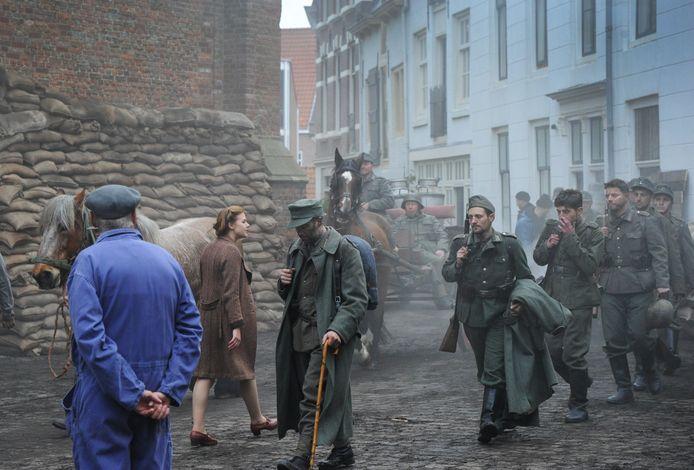 Oorlog in de binnenstad van Vlissingen. De Duitse bezetter die gelooft te zijn verslagen, maakt de aftocht. De scène werd woensdag gedraaid.