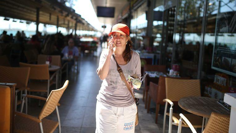 Columniste Ebru Umar voert een telefoongesprek op een terras, de dag na haar vrijlating. Beeld ANP