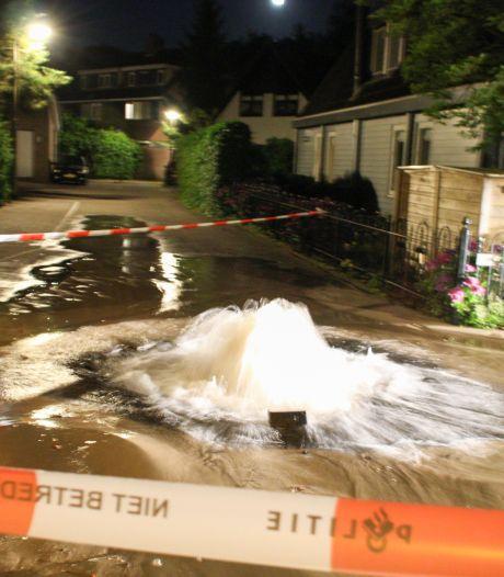 Water spuit uit de straat in Hoogland door lekke leiding