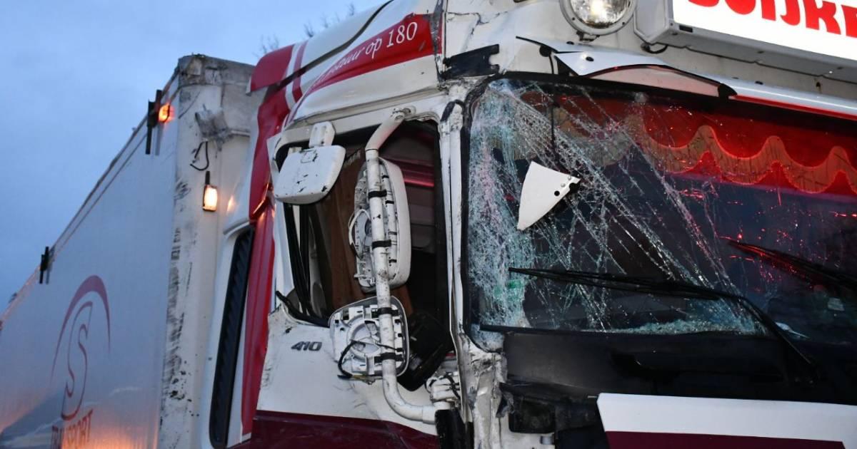 Twee vrachtwagens flink beschadigd door ongeluk in Den Ham, één persoon gewond naar ziekenhuis.
