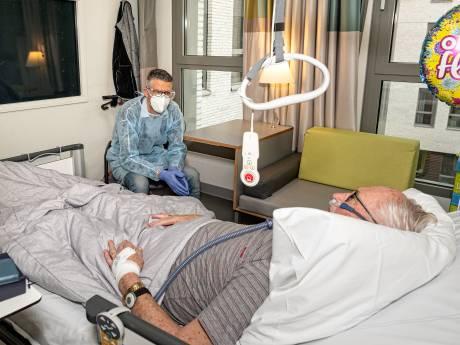 Tim (41) leidt ziekenhuiscollega's en patiënten door de crisis: 'Neem een keer je gitaar mee, dan kunnen we even huilen'