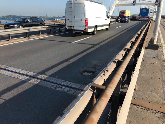 De rechterrijstrook van de Merwedebrug (A27) bij Gorinchem wordt woensdagochtend tijdelijk afgesloten om schade aan het asfalt te herstellen.