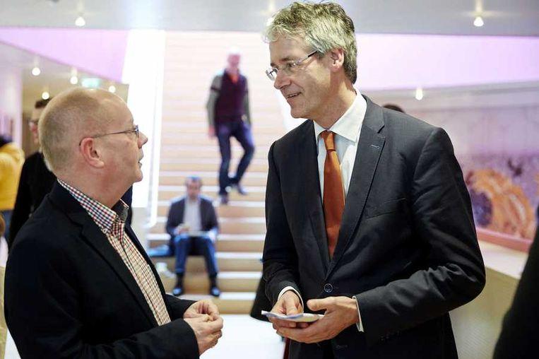 Fractievoorzitter Arie Slob (R) praat met een partijgenoot tijdens het ChristenUnie congres. Beeld anp