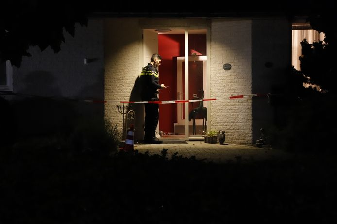 Politie bij de woning in Overloon waar een 16-jarige inbreker de 76-jarige bewoner mishandelde.
