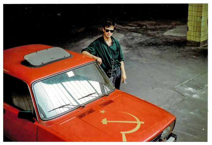 Peet Vogels in 1984 in Eindhoven met zijn rode Lada.
