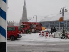 Brandweer in actie voor sneeuw op schaatstent