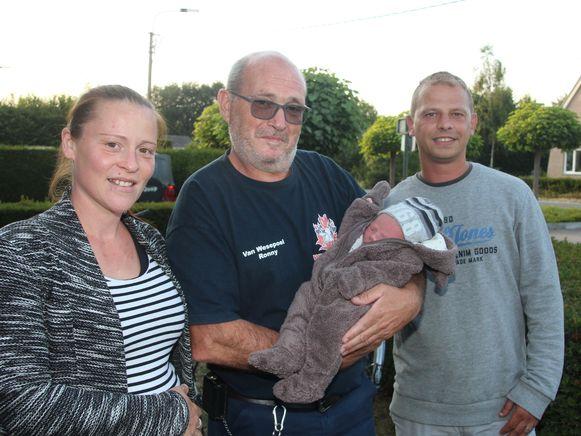 Ambulancier Ronny Van Wesepoel wachtte ouders Sabrina Delaere en David De Tollenaere donderdagavond op toen ze thuiskwamen met hun zesde kindje Mayllo.