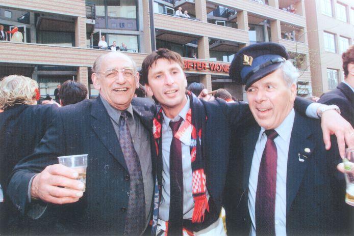 Harry van Raaij, met Herdgang-uitbater Harrie van Kemenade en Luc Nilis na het PSV-kampioenschap in 2000.
