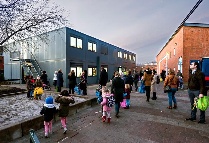 Door een constructiefout in het dak van de Margrietschool (rechts) zijn de kleuters voor het komend jaar gehuisvest in het tijdelijke schoolgebouw (links) dat op het schoolplein is neergezet.
