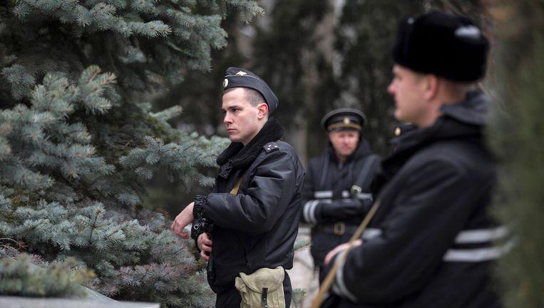Gewapende mannen van de Russische marine omsingelen een de post van grenswachten in Balaklava, op de Krim. Beeld reuters