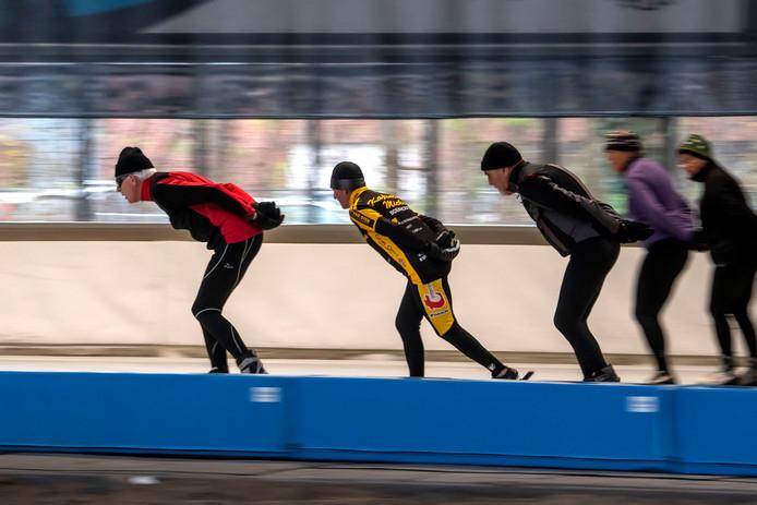 Recreatieve schaatsers rijden hun rondjes. In de schoolvakanties is het wel te druk, vindt een van hen.