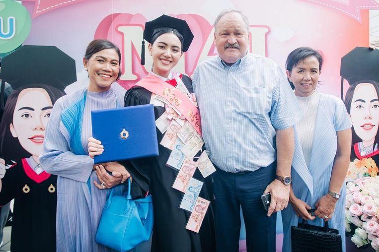 Met haar moeder Rattanakorn en vader Danny na het behalen van een diploma communicatie en kunst aan Rangsit University.