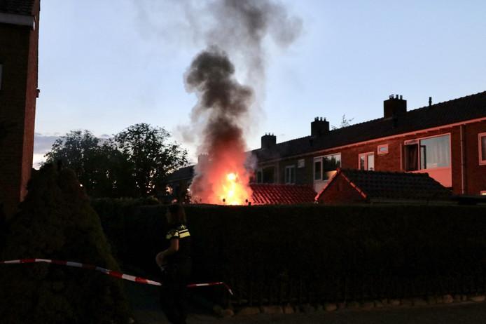 Bij aankomst van de brandweer kwamen de vlammen al ver boven de schutting uit. De brand ontstond bij een woning aan de Botterstraat.