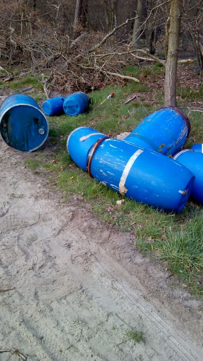 Langs de Ossenkampweg in het Hellendoornse buitengebied werd vrijdagavond drugsafval gedumpt.