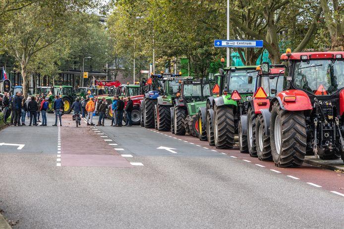 Boeren voeren actie bij het provinciehuis in Zwolle.