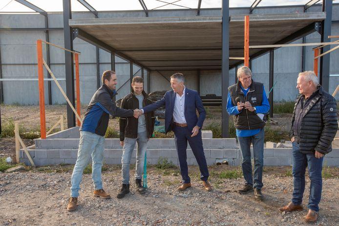 Wethouder Tonny Meulensteen begroet nieuwkomers op bedrijventerrein Bemmer IV.