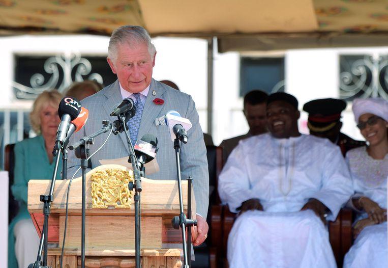 Prins Charles geeft een speech tijdens hun bezoek aan Gambia op 1 november.