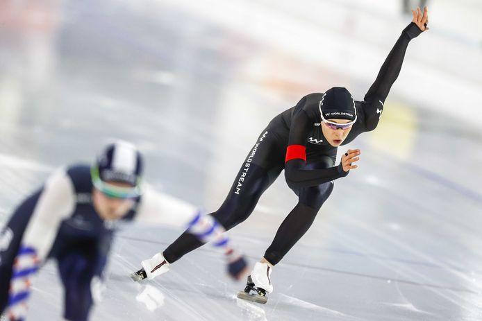 Jutta Leerdam (R) in actie op de 500 meter in actie tegen Dione Voskamp tijdens de NK Afstanden. Ze eindigde als tweede.